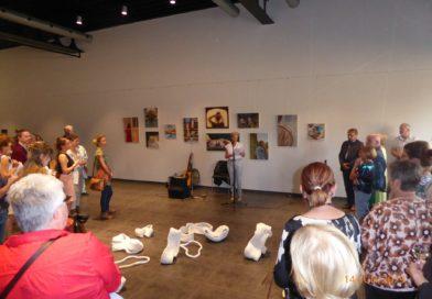 Een feest op de eindejaarstentoonstelling van de Kunstacademie in Hove
