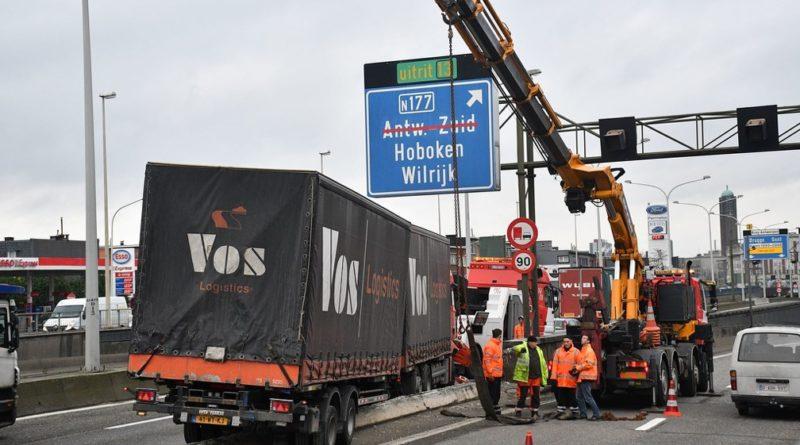 Vrachtwagen belandt op betonnen middenberm van de A12 in Wilrijk