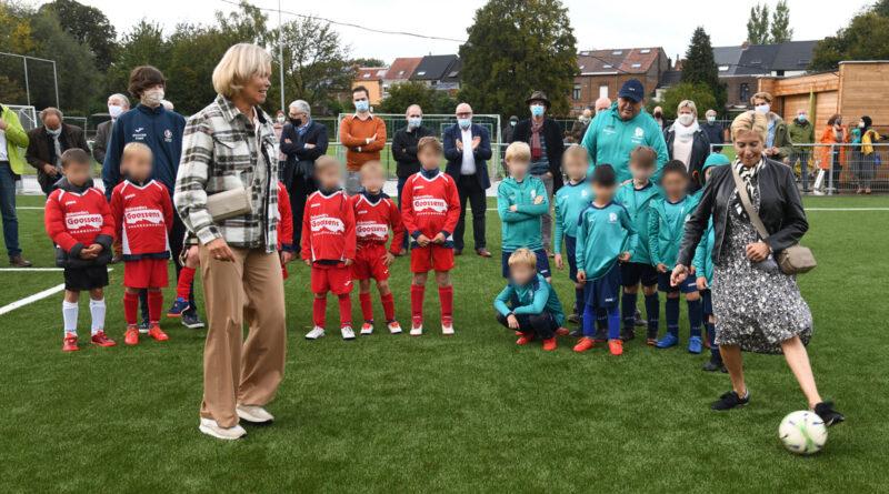 Lokaal bestuur en het AGB Hove stelt fier de nieuwe speeltuin en het mooie kunstgrasveld voor bij de Koninklijke Hove Sport