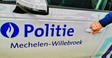 Een drugkoerier met Franse nummerplaat kan ontkomen nadat zijn auto over kop gaat op de E19 in Kontich