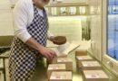 Filip Peeters bakt taart voor alleenstaanden van Boechout en Vremde